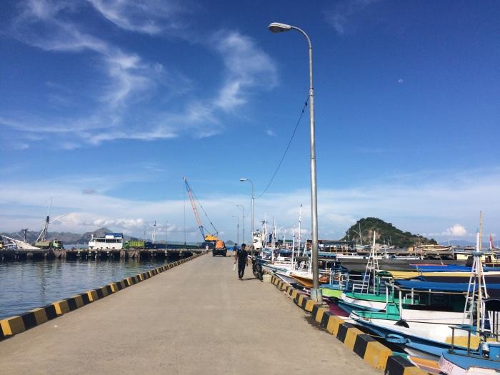 Pelabuhan yang biru banget jelang sailing trip